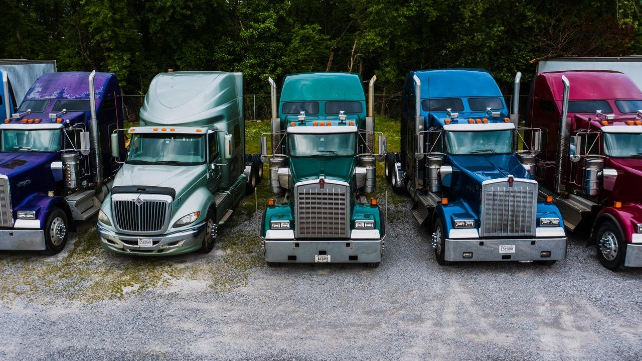 Trucks nebeneinander aufgestellt
